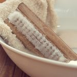写真、洗面器で洗濯物を洗う