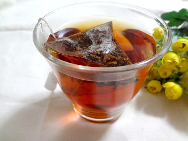あじかんの「焙煎ごぼう茶」をカップで入れる