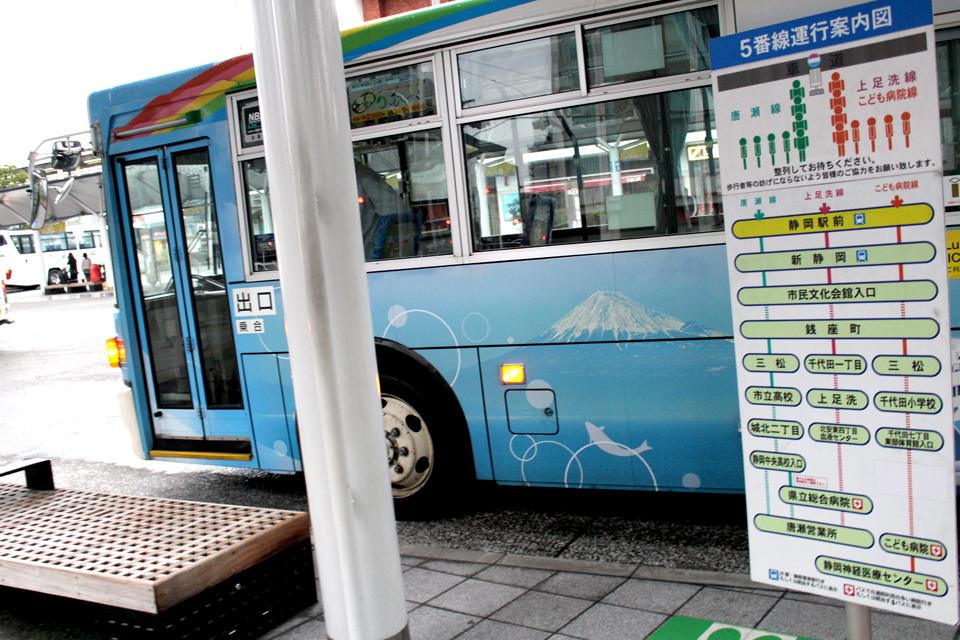静岡駅前のバスターミナル5番バス乗り場