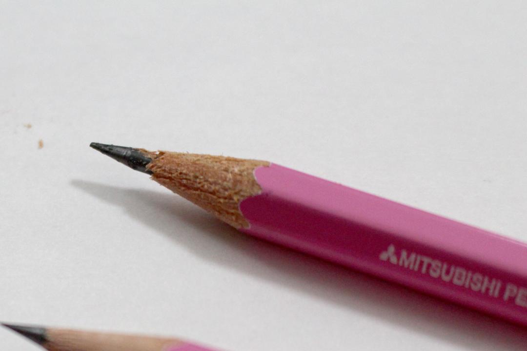 ボロボロになった鉛筆。