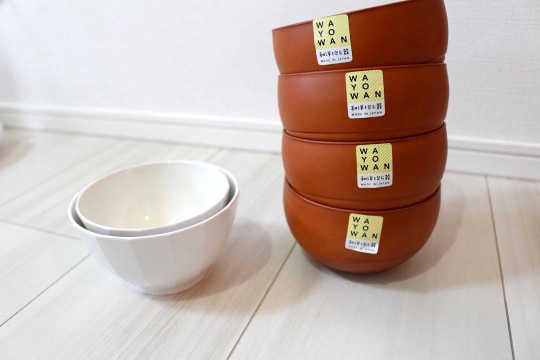 スグ型ホワイトの小椀、中椀を重ねる。隣はマル型のアカシア中椀4つを重ねる。