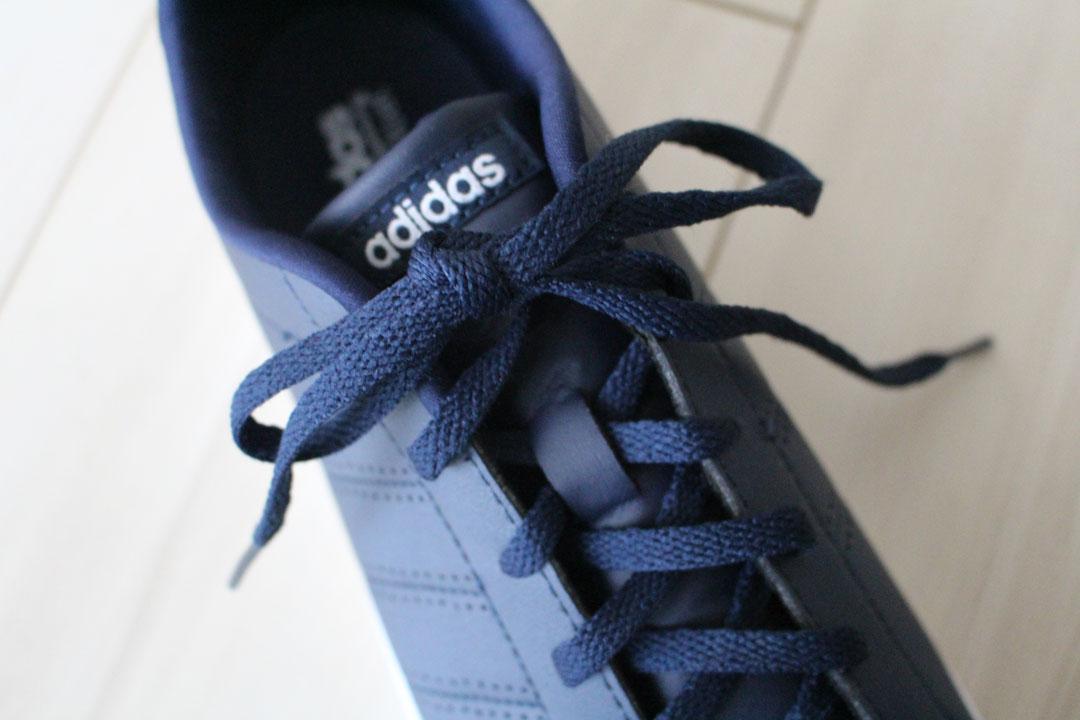 靴ひもを結んであるスニーカー