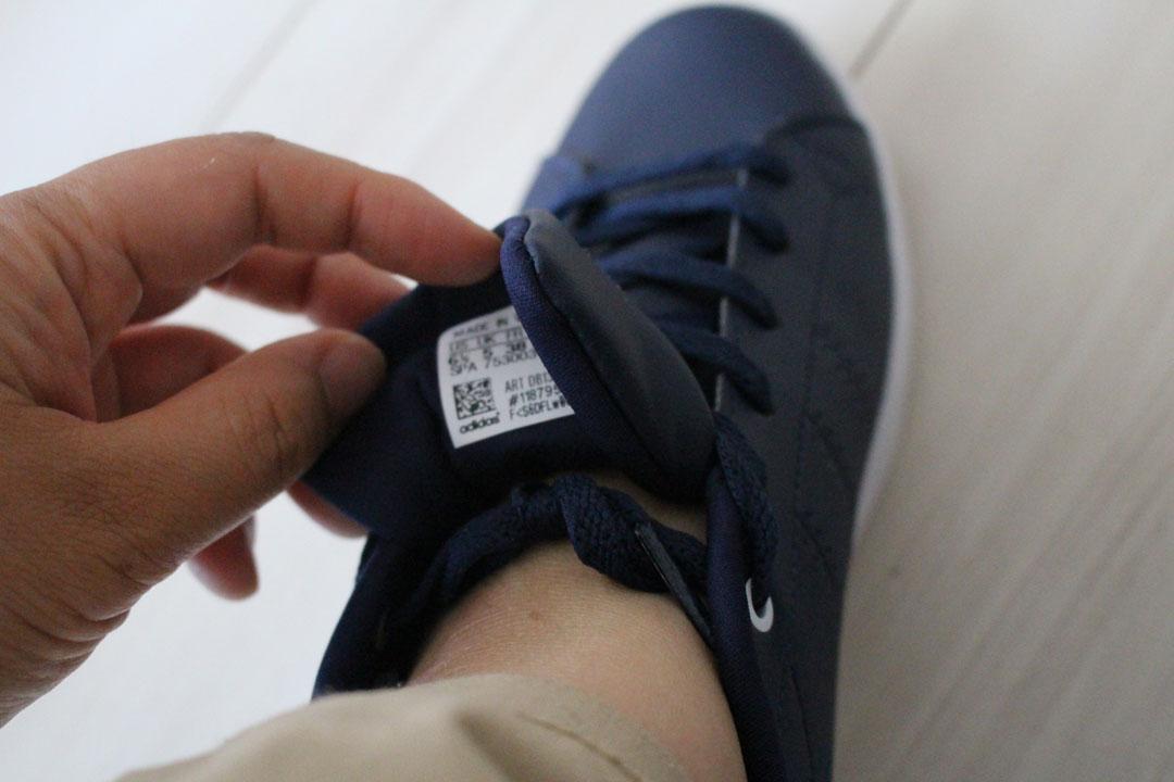 スニーカーの靴ひもを最後まで通し、ベロの裏側で結んでいます。