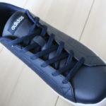 靴ひもを上から下に全部通しなおし靴ひもを隠したスニーカー